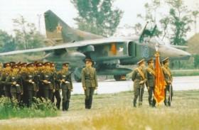 A debreceni 88. vadászbombázó ezred MiG-27D-je előtt a Déli Hadseregcsoport díszszázada áll 1990. május 18-án. Az egységet ezen a napon vonták ki Murmanszk mellé.
